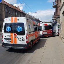 Sujudimas centre: medikai gaivino narkomaną, netoliese susidūrė dvi mašinos
