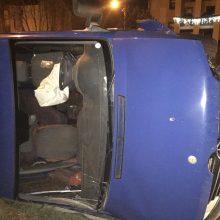Avarija Aleksote: mikroautobusas – ant šono, sužalotas vairuotojas