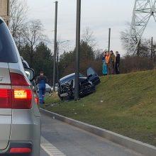 Avarija Petrašiūnuose: BMW rėžėsi į stulpą, nukentėjo nėščia moteris