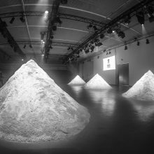 2017 m. podiumas, 6 kūgiai, iš viso 4 tonos druskos, scenografija – Rūtos Bagdzevičiūtės.