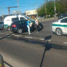 """Patrulių ekipažo ir """"VW Golf"""" avarija vykstant į """"Molą"""": kas nukentėjo labiausiai?"""