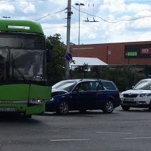 """Troleibuso ir """"Volkswagen"""" avarija prie """"Savo"""": paralyžiuotas eismas"""