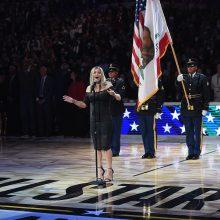 Atlikėja Fergie atsiprašė už įvairiausių reakcijų sulaukusią JAV himno versiją