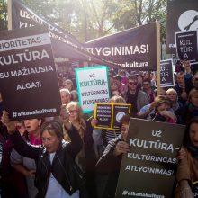 Protestai duoda vaisių: kels algas sukilusiems kultūros darbuotojams