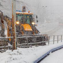 Naktį eismo sąlygas sunkis sniegas ir plikledis