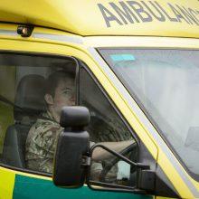 Anglijoje apvirto autobusas: po avarijos moteris šalikelėje pagimdė berniuką