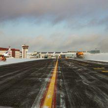 Žiema oro uoste: sniegą valančios mašinos ir šimtai kilometrų per pamainą