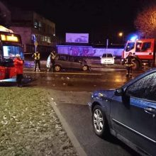 Kaune per automobilio ir autobuso avariją nukentėjo trys žmonės