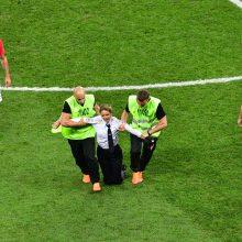 """Po akibrokšto Pasaulio futbolo čempionate – grupės """"Pussy Riot"""" narių pralaimėjimas"""