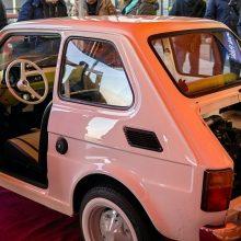 """T. Hanksui lenkai padovanojo prabangos ženklu sovietmečiu laikytą """"Fiat"""" modelį"""