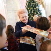 Prezidentė  įžiebė pirmąją šalies Kalėdų eglę ir paragino dovanoti knygų
