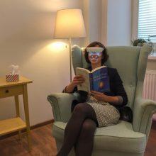Patariama naudoti šviesos terapijos akinius.