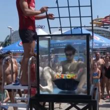 Rekordas: per 104 sekundes po vandeniu surinko šešis Rubiko kubus