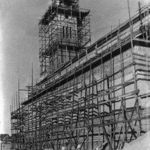 Skriauda: naujos bažnyčios statytojo vikaro B.Burneikio viltis, kad tikintieji galės melstis erdvioje bažnyčioje, išsipildė tik po daugybės metų.