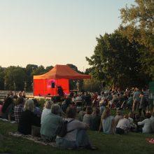 """Anykščiuose nukambėjo pirmieji bardų festivalio """"Purpurinis vakaras"""" akordai"""