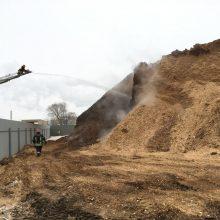 Ugniagesių kova Kėdainiuose: nuo ankstaus ryto liepsnoja biokuro saugykla