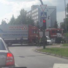 """Taikos prospekte susidūrė mokomasis sunkvežimis ir """"Škoda"""", yra nukentėjusiųjų"""