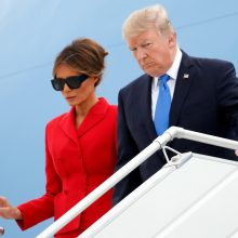 Atokvėpio nuo skandalų D. Trumpas ieško Paryžiuje