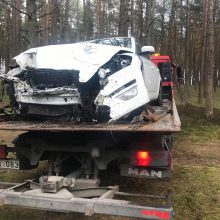 Kelyje Smiltynė-Nida girta vairuotoja rėžėsi į medžius
