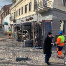 Per plauką nuo tragedijos: Laisvės alėjoje ant pėsčiųjų tako užvirto sunkvežimis