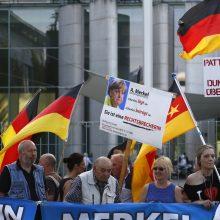 """Berlyne aidi tūkstantinės minios protestas: """"Merkel nėra Vokietija"""""""