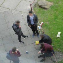 Kaunietis neapsikentė: moksleiviai nuolat rūko ir šiukšlina po langais