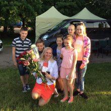 Įvertinimas: I.Stepukonienę, kuriai už veiklą švietimo srityje suteiktas Metų garliavietės vardas, sveikina mažieji garliaviečiai.