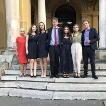 Ryšys: kartu Lietuvos debatų komanda praleidžia daug laiko, todėl save juokais vadina šeima.