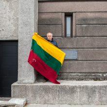 Nuostabu: A.Pociūnas atsistojo prie bokšto toje pačioje vietoje su ta pačia tarpukario laikų vėliava, kurią laikė savo rankose prieš 30 metų.