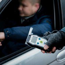Policijai prie vairo įkliuvo girtas Pravieniškių kalėjimo pareigūnas