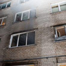 Dėl gaisro Dainavoje evakuota 50 žmonių, nukentėjo dvi gyventojos