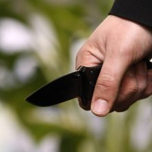 Į svečius atėjęs vyras peiliu sužalojo buto šeimininkę
