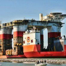 Į uostą atplukdys įspūdingo dydžio plaukiojantį doką