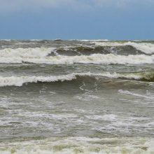 Laikas prie jūros: vieni grožėjosi, kiti – gaudė bangas