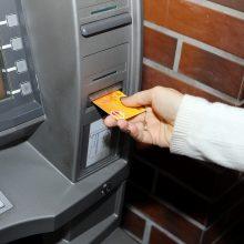"""Raminimai: jei iš savo sąskaitos """"Swedbank"""" klientas vieną kartą išsigrynins didesnę pinigų sumą, toks elgesys įtarimų esą neturėtų sukelti."""