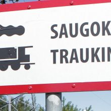 Nelaimė ant bėgių: traukinys vyrui nutraukė koją