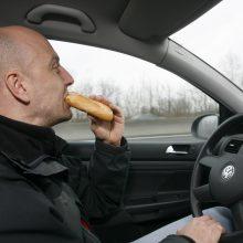 Valgymas vairuojant – ne mažiau pavojingas nei kalbėjimas telefonu