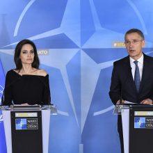 NATO vadovas ir A. Jolie sutarė bendradarbiauti ginant moteris