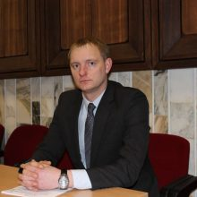 Į teismą atvestas Druskininkų mero patarėjas A. Kadziauskas