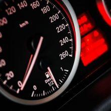 Greitį viršijusiam vairuotojui – nemenka bauda ir teisės vairuoti atėmimas