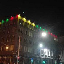 Kauno apygardos teismas pasipuošė valstybės vėliavos spalvomis
