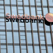 """""""Swedbank"""": bankas neturi pakankamai informacijos kaltinimams komentuoti"""
