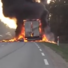 Kelyje Vilnius–Alytus užsidegė sunkvežimis