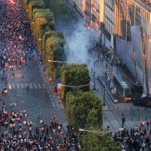 Prancūzų pergalę temdė susirėmimai ir eismo nelaimės