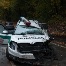 Avarija Panemunėje: į iškvietimą važiavusių pareigūnų mašina – suknežinta
