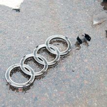 """Aleksote – dar viena nelaimė: dviejų """"Audi"""" susidūrimas baigėsi smūgiu į stulpą"""