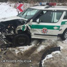 """Per avariją netoli Vievio sumaitota policijos """"Škoda"""""""