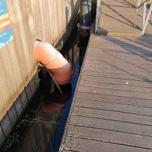 Nuotekos: manoma, kad palijus taršalai į uostelio vandenį patenka šiuo lietaus nuotekų vamzdžiu.
