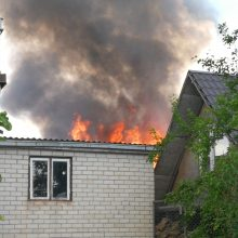 Ugniagesiai sukelti ant kojų: Aleksote dega ūkiniai pastatai (pildoma)