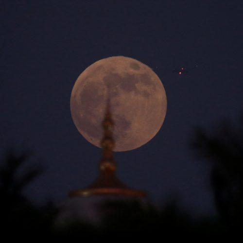 Pasaulis stebi ilgiausią Mėnulio užtemimą